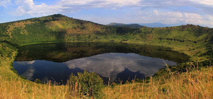 LIST & MAP NATIONAL PARKS UGANDA PDF: Queen Elizabeth Nationalo Park: Volcanic lake.
